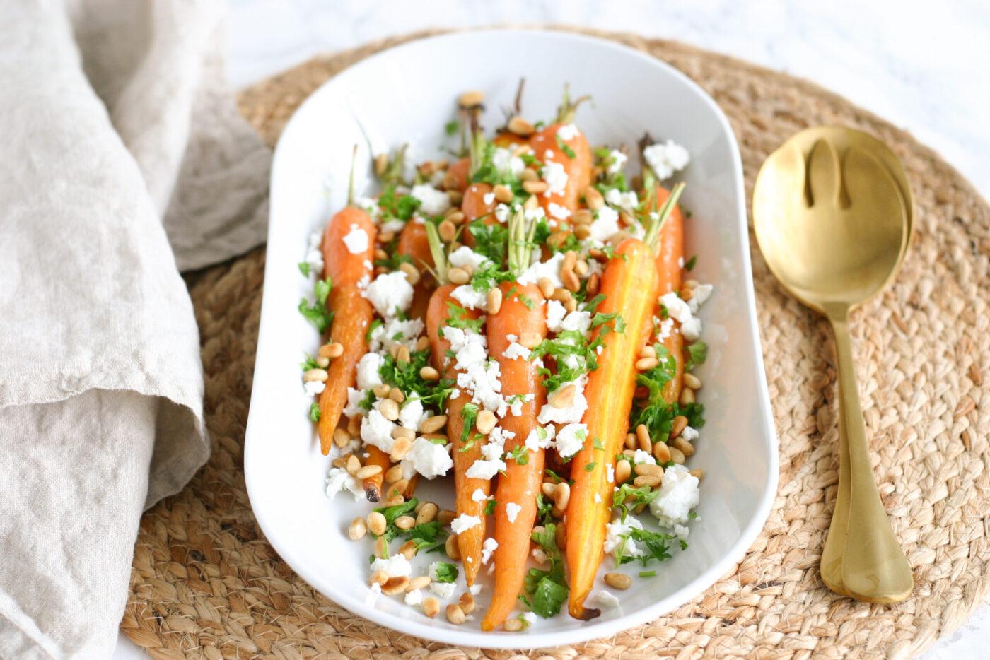 Bagte nye gulerødder med feta og pinjekerner
